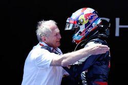 Max Verstappen, Red Bull Racing fête sa première victoire dans le Parc Fermé avec le Dr Helmut Marko, consultant Red Bull Motorsport