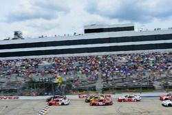 Start: Erik Jones, Joe Gibbs Racing Toyota leads