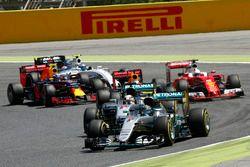 Nico Rosberg, Mercedes AMG F1 W07 Hybrid mène devant son coéquipier Lewis Hamilton, Mercedes AMG F1 W07 Hybrid au départ de la course