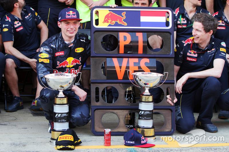 Ganador, Max Verstappen, Red Bull Racing celebra con el equipo