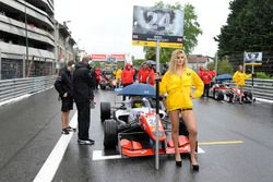 Grid girl, Ben Barnicoat, HitechGP Dallara F312 – Mercedes-Benz,