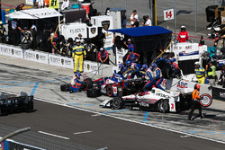 Takuma Sato, A.J. Foyt Enterprises Honda, Helio Castroneves, Team Penske Chevrolet