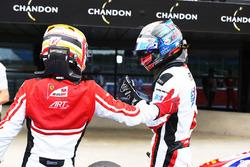 Winnaar Alexander Albon, ART Grand Prix en tweede Charles Leclerc, ART Grand Prix in parc ferme