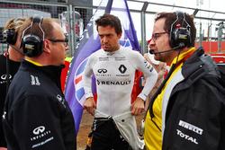 Jolyon Palmer, Renault Sport F1 Team, sur la grille avec Mark Slade, ingénieur de course Renault Sport F1 Team, et Julien Simon-Chautemps, ingéniur de course Renault Sport F1 Team (à d.)