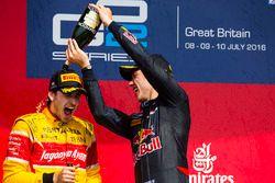 Podium : le vainqueur Pierre Gasly, Prema Racing et le deuxième Antonio Giovinazzi, Prema Racing célèbrent avec le champagne
