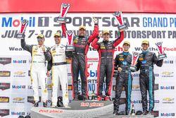 Podium: ganadores #31 Action Express Racing Corvette DP: Eric Curran, Dane Cameron, segundo #5 Actio