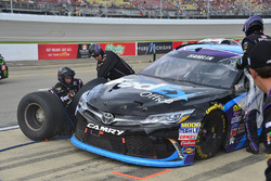 Denny Hamlin, Joe Gibbs Racing Toyota, pit action