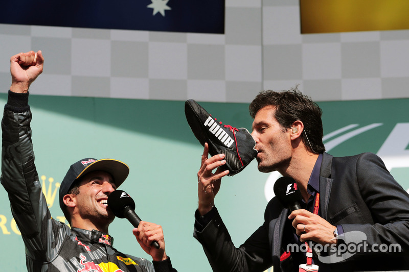 Daniel Ricciardo, Red Bull Racing celebrates ve Mark Webber, Porsche Team WEC Pilotu/ Channel 4 Presenter. yarış botoundan şampanya içiyorlar