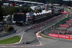 Нико Росберг, Mercedes AMG F1 W07 Hybrid лидирует на старте гонки