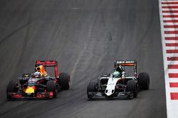Daniel Ricciardo, Red Bull Racing RB12 et Nico Hülkenberg, Sahara Force India F1 VJM09