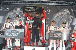 Podium Pro Am : les vainqueurs #11 Kessel Racing Ferrari 488 GT3: Michal Broniszewski, Giacomo Piccini, les deuxièmes, #87 AKKA ASP Mercedes AMG GT3: Jean-Luc Beaubelique, Morgan Moullin-Traffort, les troisièmes, #89 Akka ASP Mercedes AMG GT3: Christophe Bourret, Jean-Philippe Belloc