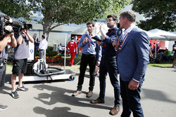 Mark Webber, piloto WEC del equipo de Porsche y presentador de canal 4 con Steve Jones, Canal F1 4 p