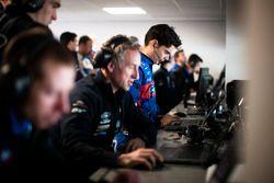 #67 Ford Chip Ganassi Racing Team UK Ford GT: Harry Tincknell avec ses ingénieurs