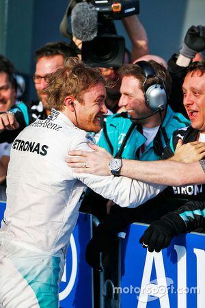 Победитель - Нико Росберг, Mercedes AMG F1 Team празднует в закрытом парке