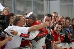 Le vainqueur Edoardo Mortara Audi Sport Team Abt Sportsline, Audi RS 5 DTM fête sa victoire avec son équipe.