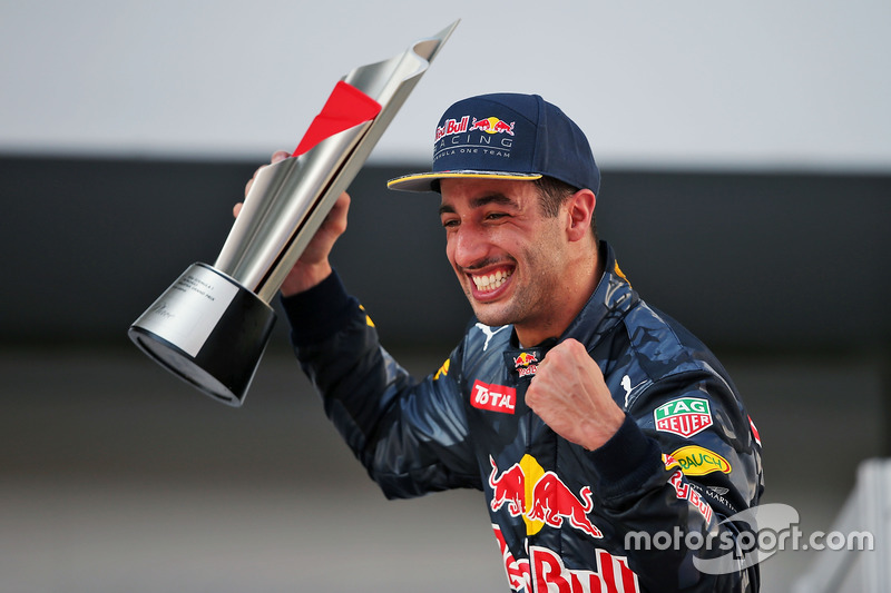 Daniel Ricciardo, Red Bull Racing ganador de la carrera celebra en el podio