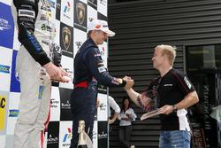 Rookie podium, Niko Kari, Motopark, Dallara F312 - Volkswagen ontvangt de beker van Felix Rosenqvist