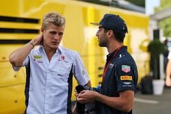 Marcus Ericsson, Sauber F1 Team met Daniel Ricciardo, Red Bull Racing