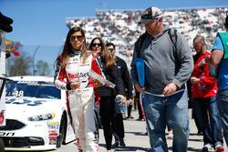 Danica Patrick, Stewart-Haas Racing Chevrolet , signe des autographes