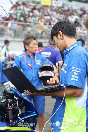 Suzuki engineer on the grid