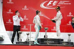 Podium: race winner Nico Rosberg, Mercedes AMG F1, third place Lewis Hamilton, Mercedes AMG F1 and Andrew Shovlin, Mercedes AMG F1 Engineer
