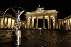 El trofeo estatuilla de Laureus en la foto frente a la puerta de Brandenburgo