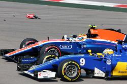 Le crash du départ avec Marcus Ericsson, Sauber C35, Rio Haryanto, Manor Racing MRT05
