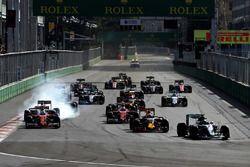 Nico Rosberg, Mercedes AMG F1 W07 Hybrid devant Daniel Ricciardo, Red Bull Racing RB12