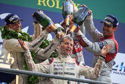 LMP1 podio: clase y los ganadores de la general #2 Porsche Team Porsche 919 Hybrid: Romain Dumas tom