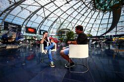 Christian Horner, directeur Red Bull Racing, discuter avec Ted Kravitz, Sky Sports