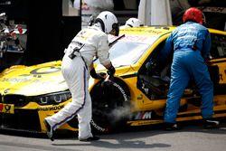 Un meccanico di Timo Glock, BMW Team RMG, BMW M4 DTM raffredda i freni