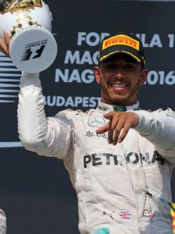 Podio: ganador Lewis Hamilton, Mercedes AMG F1 Team