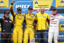Podio: Ganador de la carrera Nicky Catsburg, LADA Sport Rosneft, Lada Vesta; segundo lugar Gabriele