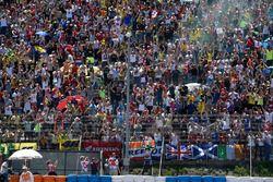 Il vincitore, Valentino Rossi, Yamaha Factory Racing, festeggia con i fan
