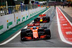 Fernando Alonso, McLaren MCL32, Max Verstappen, Red Bull Racing RB13