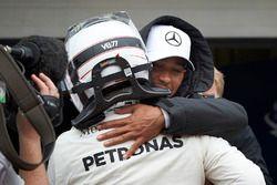 Lewis Hamilton, Mercedes AMG F1, si congratula con il compagno di squadra Valtteri Bottas, Mercedes