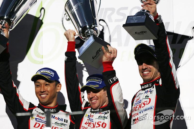 Podium : les vainqueurs Sébastien Buemi, Anthony Davidson, Kazuki Nakajima, Toyota Gazoo Racing