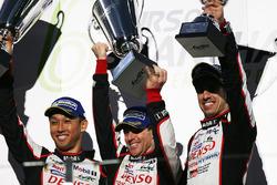 Podyum: Yarış galibi Sébastien Buemi, Anthony Davidson, Kazuki Nakajima, Toyota Gazoo Racing