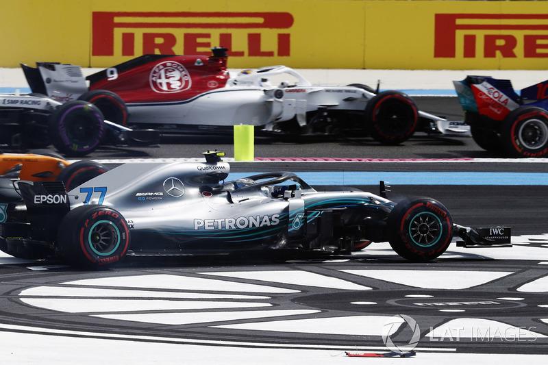 Valtteri Bottas, Mercedes AMG F1 W09, sort de la piste dans le premier tour