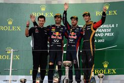 Podio: Remi Taffin, jefe deRenault Sport F1 operaciones de pitsa, segundo lugar Mark Webber, Red Bull Racing, ganador de la carrera Sebastian Vettel, Red Bull Racing y tercer lugar Romain Grosjean, Lotus F1