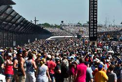 Fans on pre-race grid, atmosphere