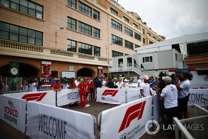 Lewis Hamilton, Mercedes AMG F1, y Sebastian Vettel, Ferrari, con los medios