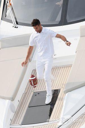 Daniel Ricciardo, Red Bull Racing atrapa un balón de futbol americano de un pase de Tom Brady