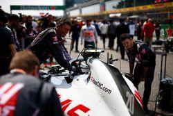 Les mécaniciens travaillent sur la voiture de Kevin Magnussen, Haas F1 Team VF-18 Ferrari, sur la grille