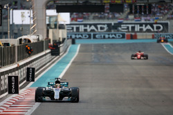 Lewis Hamilton, Mercedes F1 W08, devant Sebastian Vettel, Ferrari SF70H