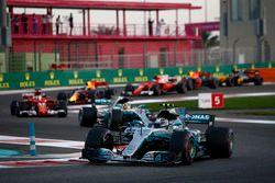 Старт гонки: Валттери Боттас и Льюис Хэмилтон, Mercedes AMG F1 W08, Себастьян Феттель, Ferrari SF70H
