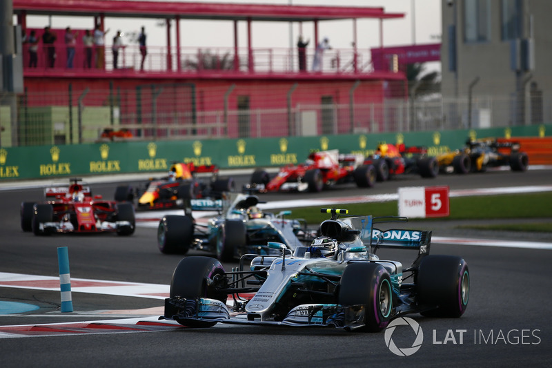 Valtteri Bottas, Mercedes AMG F1 W08, Lewis Hamilton, Mercedes AMG F1 W08, Sebastian Vettel, Ferrari SF70H, Daniel Ricciardo, Red Bull Racing RB13, the rest of the field at the start