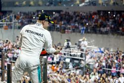 Valtteri Bottas, Mercedes AMG F1, viert zijn overwinning op het podium