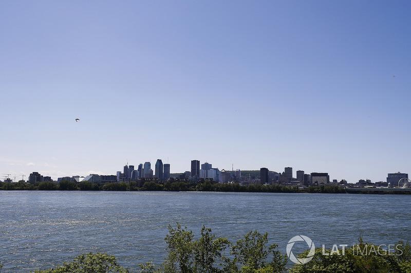 Lo skyline di Montreal in lontananza