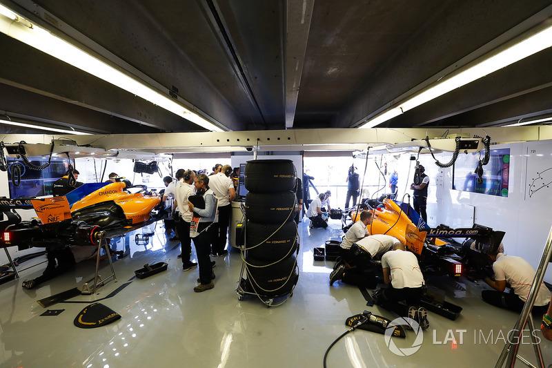 Ingenieros trabajan en los coches de Fernando Alonso, McLaren MCL33, y Stoffel Vandoorne, McLaren MCL33,